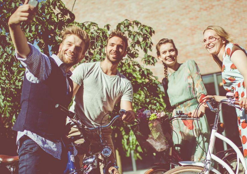 Wiosenna moda na rowery miejskie. Jak bezpiecznie i stylowo dojeżdżać nie tylko do pracy?